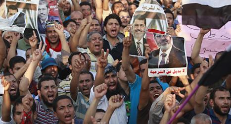 Människor som stödjer Muhammad Mursi demontrerar i Egypten. Foto: Scanpix.