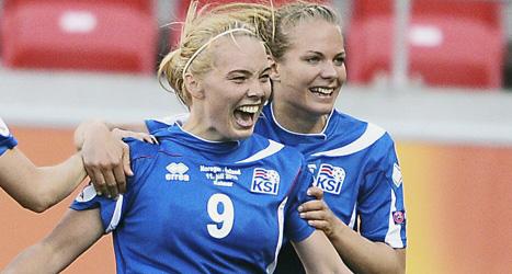 De isländska spelarna jublar över straffmålet i EM-matchen mot Nprge. Foto: Patric Söderström/Scanpix.