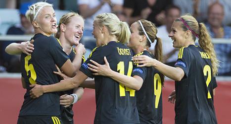 Glada svenska spelare firar Nilla Fischers mål i matchen mot Finland. Foto: Björn Larsson Rosvall/Scanpix.