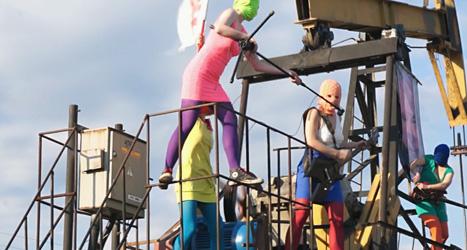 Gruppen Pussy Riot protesterar mot Rysslands president Vladimir Putin och oljeindustrin. Foto: Ap/Scanpix.