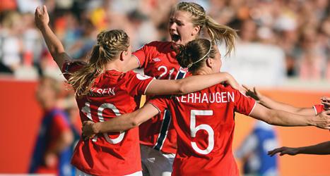 Norska spelare jublar över mål mot Tyskland i fotbolls-EM. Foto: Patric Söderström/Scanpix.
