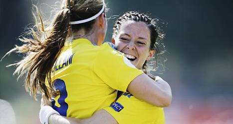 Lotta Schelin och Kosovare Asllani kramar om varandra efter mål  mot Island i EM.
