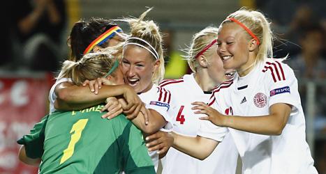 Danska spelare firar segern över Frankrike i fotbolls-EM. Foto: Stefan Jerrevång/Scanpix.