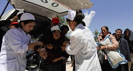 Sjukvårdare hjälper människor som skadats i jordskalvet i Kina. Foto: Color China Photo/Scanpix.