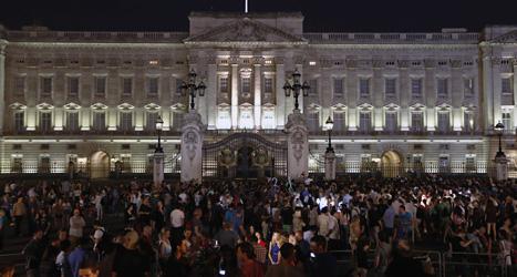 Massor av folk samlades utanför det kungliga palatset för att fira att en prins hade fötts. Foto: Sang Tan/Scanpix.