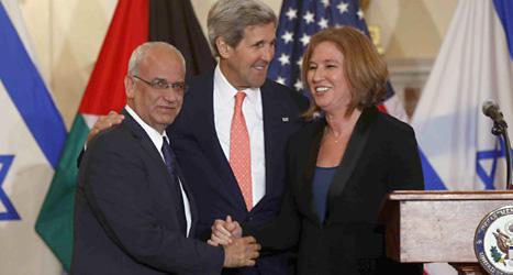 USAs utrikesminister John Kerry tillsammans med palestiniern Saeb Erekat och Israelen Tzipi Livni. Foto. Charles Dharapak/Scanpix.
