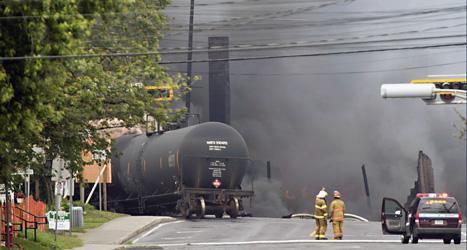 Det blev en stor brand när ett tåg fullt av olja exploderade i Kanada. Foto: Paul Chiasson, The Canadian Press/AP