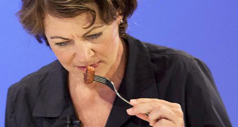 Forskaren Hanni Rutzler provsmakar den första hamburgaren av odlat kött. Foto: David Parry/AP/Scanpix.