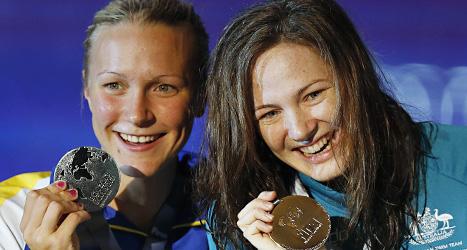 Sarah Sjöström med sin silvermedalj och vinnaren Cate Cambell från Australien. Foto: Daniel Ochoa de Olza/Scanpix
