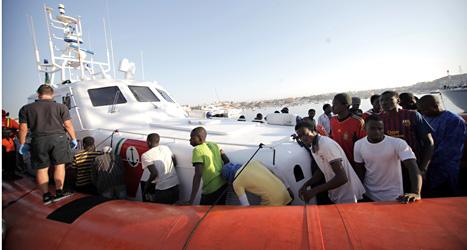 De afrikanska flyktingarna är på väg i land i Italien. Foto: Francesco Malavolta /Scanpix