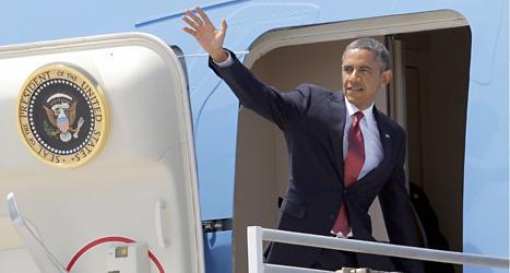 Barack Obama vinkar från sitt flygplan. Foto: Nick Ut /Scanpix
