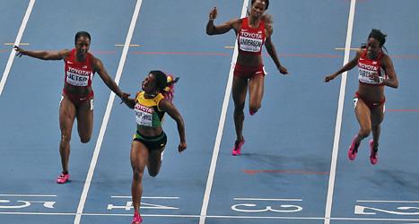 Shelly-Ann Fraser-Pryce från Jamaica sprang över mållinjen långt före de tre löparna från USA. Foto: Maya Alleruzzo/AP/Scanpix.