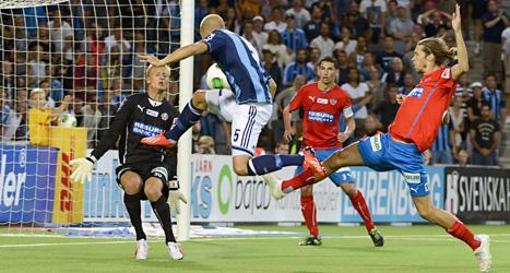 Djurgårdens Petter Gustafsson gör mål i slutminuterna av matchen mot Helsingborg. Foto: Bertil Enevåg Ericson/Scanpix.