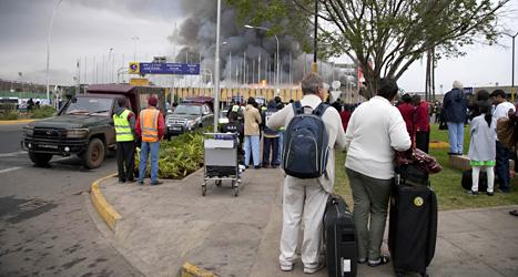 Tjock svart rök väller ut från flygplatsen i Nairobi. Inga plan kan landa så länge branden håller på. Foto: Sayyid Azim/Scanpix