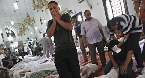 En moské i Kairo är fylld med döda och skadade människor. Deras vänner och släktingar sörjer. Foto: Khalil Hamra /Scanpix