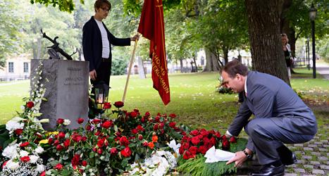 Stefan Löfven lägger en krans vid Anna Lindhs grav. Foto: Henrik Montgomery/Scanpix.