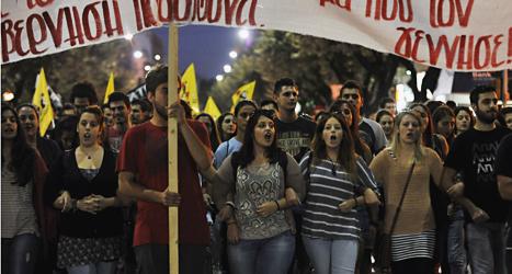 Människor i Grekland protesterar mot mordet på rapparen Pavlos Fyssas. Foto: Nikolas Giakoumidis/Scanpix.