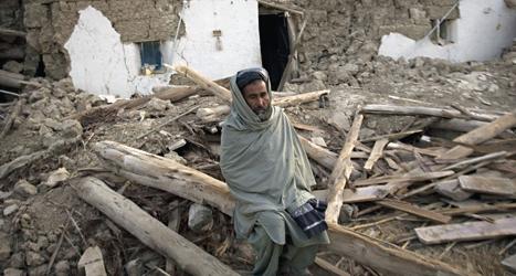 Mannens hus förstördes i jordbävningen i sydvästra Pakistan. Foto: Emilio Morenatti/Scanpix.