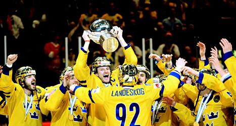 Sverige firar segern i hockey-VM 2013. Nästa år spelas ishockey-VM i  landet Vitryssland. Foto: Fredrik Sandberg/Scanpix.
