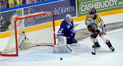 Bill Sweatt är på väg att göra 3-1 för Brynäs i matchen mot Leksand. Foto: Nisse Schmidt/Scanpix.