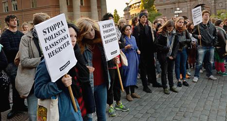 Människor protesterar mot polisens listor över romer. Foto: Tomas Oneborg/Scanpix.