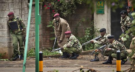 Militärer utanför varuhuset i Nairobi där terroristerna finns.  Foto: Ben Curtis/Scanpix.