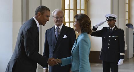 Barack Obama hälsar på drottning Silvia och kungen ser på. Foto: Anders Wiklund /Scanpix