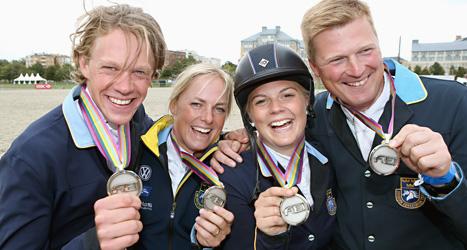 Glada svenska ryttare visar upp sina EM-medaljer. Foto: Roland Thunholm/Scanpix.