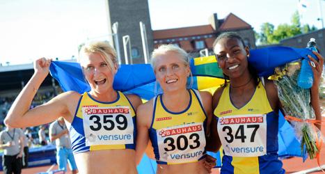 Sverige vann stort mot Finland i Finnkampen i helgen.  Sofia Åberg, Linn Nilsson och Abeba Aregawi firade segern efter damernas lopp på 1500 meter. Foto: Erik Mårtensson/TT