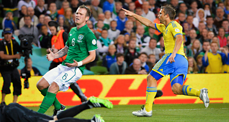 Anders Svensson från det svenska laget gjorde 2-1 mot Irland och såg till att Sverige vann den viktiga matchen. Till vänster på bilden är Glenn Whelan från Irland. Han blev inte lika glad. Foto: Jonas Ekströmer/TT