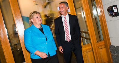 Erna Solberg är ledare för partiet Höyre i Norge. Hon hoppas att Höyre vinner valet i Norge i dag. Till höger på bilden är Norges statsminster Jens Stoltenberg, som är partiledare för Socialdemokraterna. Det är Socialdemokraterna som leder Norge nu. Han vill inte förlora valet. Foto: Fredrik Varfjell/TT