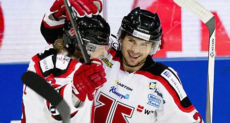 Örebros spelare firar ett av målen mot Frölunda. Foto: Adam Ihse/Scanpix.