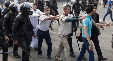 Människor protesterar mot att Egyptens president sitter i fängelse. Många blev dödade i bråk med poliser och militärer.  Foto: Nemeer Galal/TT