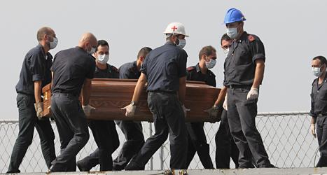 En kista med en av flyktingarna som dog i båtolyckan utanför Italien i helgen. Foto: Amedeo Fragapane/TT.