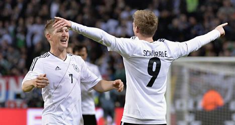 Tyska spelare jublar över mål. Tyskland vann med 5-3 mot Sverige  i VM-kvalet i fotboll. Foto: Anders Wiklund/Scanpix.