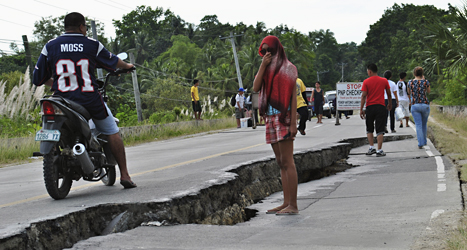 Vågen har spruckit på grund av jordbävningen. Foto: AP/TT.
