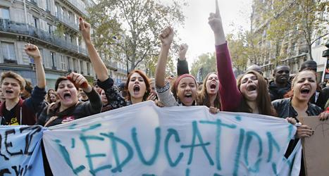 Folk i Frankrike protesterar mot att en flicka från Kosovo  hämtats i skolan och blivit utvisad. Foto: Francois Mori/TT.