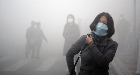 Så här såg det ut i staden Harbin i Kina på måndagen. En smutsig dimma täckte hela staden. Foto: Kyodo News/TT.