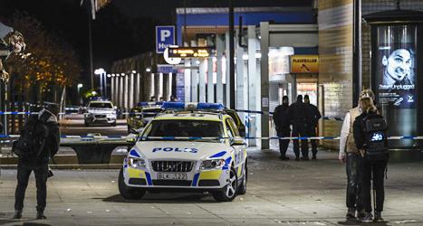 Fyra unga män skadades av skott i Tensta i Stockholm. Foto: Pontus Lundahl/TT.