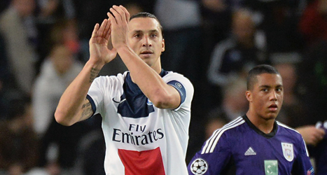 Zlatan klappar i händerna åt publiken i matchen mot Anderlecht. Foto: Geert Vanden Wijngaert/Scanpix.