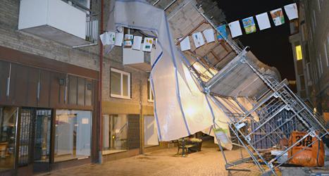 En byggnadsställning i Landskrona blåste ner i stormen. Foto: Johan Nilsson/TT.