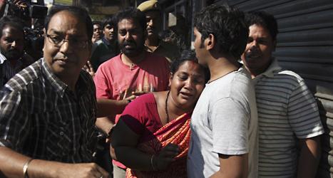 Människor sörjer dem som dog i bussolyckan i Indien. Foto: Mahesh Kumar/TT.