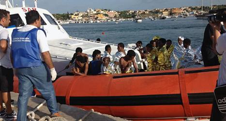 Några av flyktingarna som räddats efter olyckan utanför Italien. Foto: Nino Randazzo/Sanpix.
