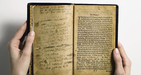 Den här psalmboken är världens dyraste bok. Foto: Sothebys/AP/TT.