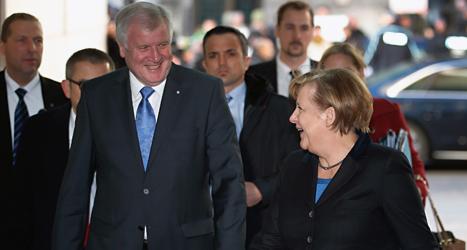 CDUs ledare Angela Merkel pratar med Socialdemokraten Horst Seehofer. Foto: Michael Sohn/TT.