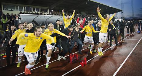 Falkenbergs spelare jublar över att laget är klart för allsvenskan. Foto: Björn Larsson Rosvall/TT