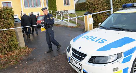 Poliser är på plats i Ljungsbro där en kvinna och en pojke dödades i helgen. Foto: Jonas Ekströmer/TT.