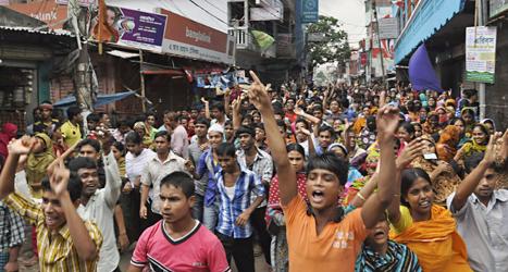 Arbetare i landet Bangladesh demonstrerar för högre löner. Foto: AP/TT.