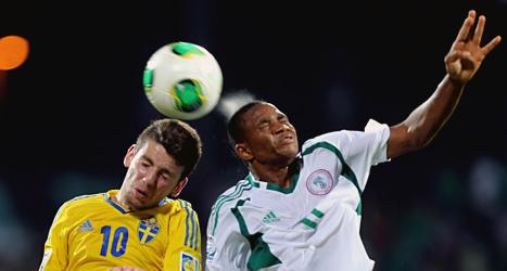 Tuff kamp om bollen i matchen mellan Sverige och Nigeria. Foto: AP/TT.
