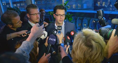 Journalister pratar med Sverigedemokraternas ledare Jimmie Åkesson om tårtattacken. Foto: Janerik Henriksson/TT